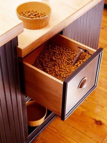 Хранение ухого корма для собаки в ящике кухни